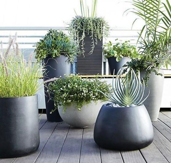 fioriere grigie e nere di varie altezze e forme ti aiuteranno a creare un cortile ultra moderno e chic