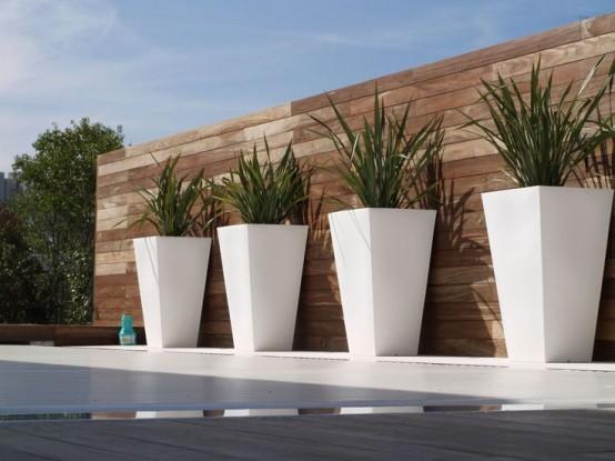 alte fioriere bianche disposte in fila metteranno in risalto il tuo spazio esterno dandogli un tocco moderno e un aspetto chic