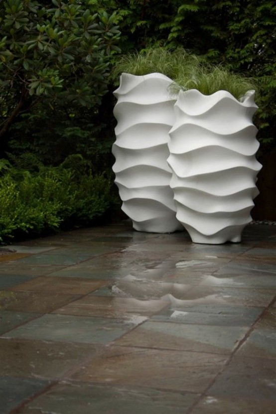 un moderno fioriere surreali bianche alte con vegetazione darà un tocco moderno e atful al tuo cortile