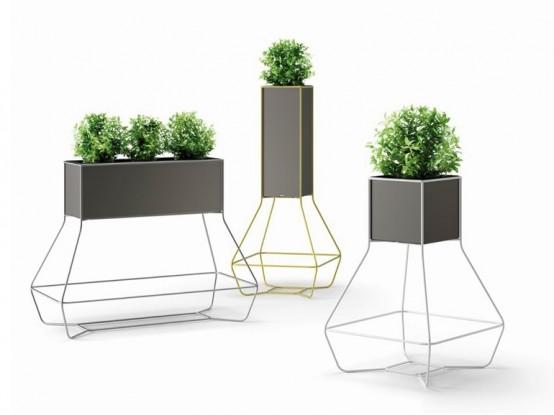fioriere quadrate grigie su supporti accattivanti e con vegetazione sono una bella idea per evidenziare il tuo spazio esterno