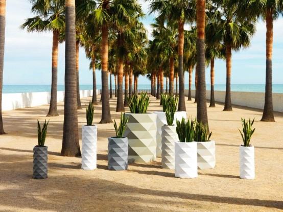 fioriere sfaccettate bianche, grigie e avorio di varie dimensioni creeranno una combinazione di decorazioni audaci e chic per il tuo spazio esterno
