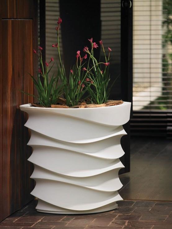 una fioriera alta con motivi bianchi accentuerà le tue fioriture o la tua vegetazione e aggiungerà un tocco moderno allo spazio