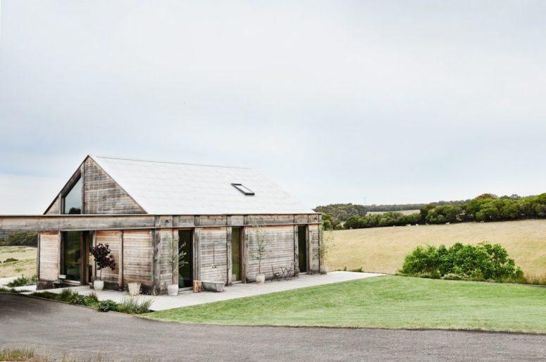 Ecco come appare la cabina dall'esterno, è allineata con piante in vaso e rivestita di legno