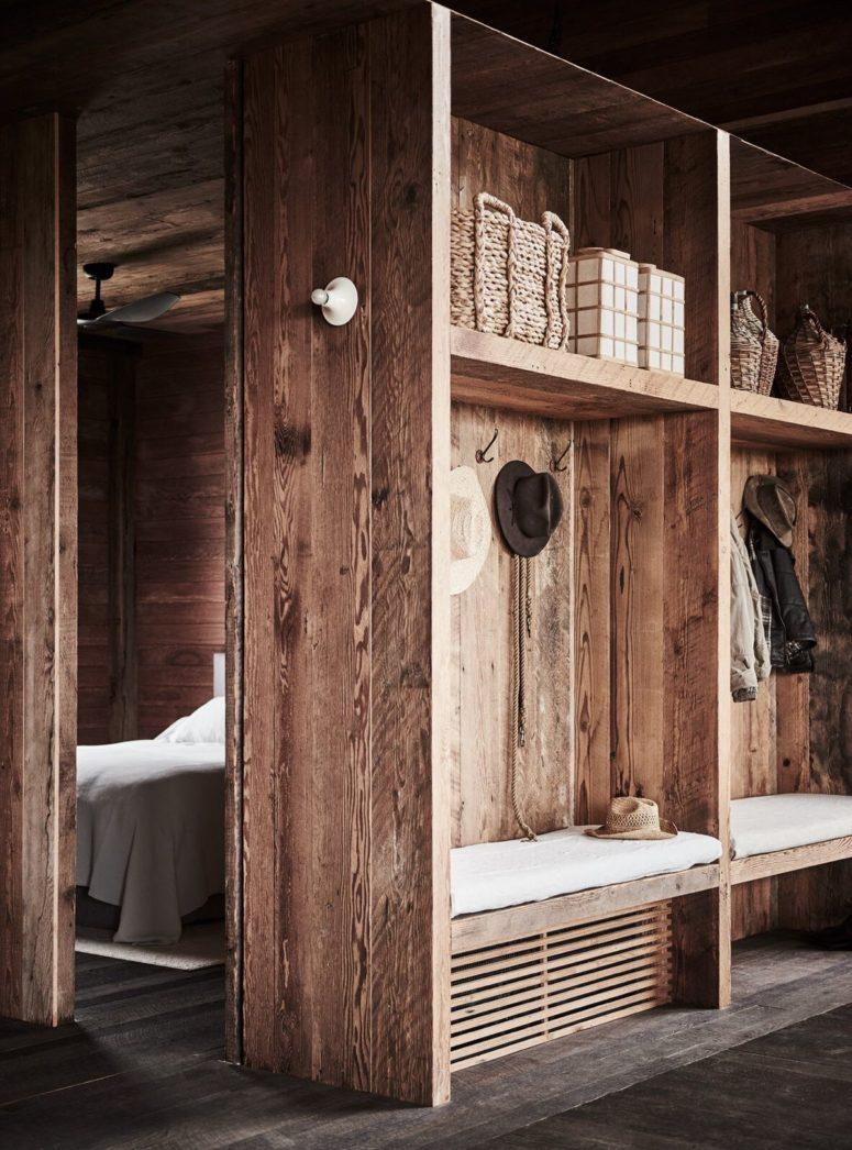L'ingresso è semplice e molto rustico, completamente realizzato in legno naturale