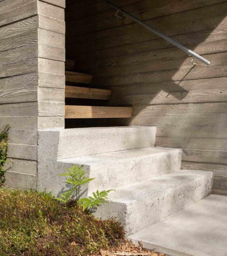 La scala d'ingresso è costruita in cemento e legno, con ringhiera in metallo per un'atmosfera moderna