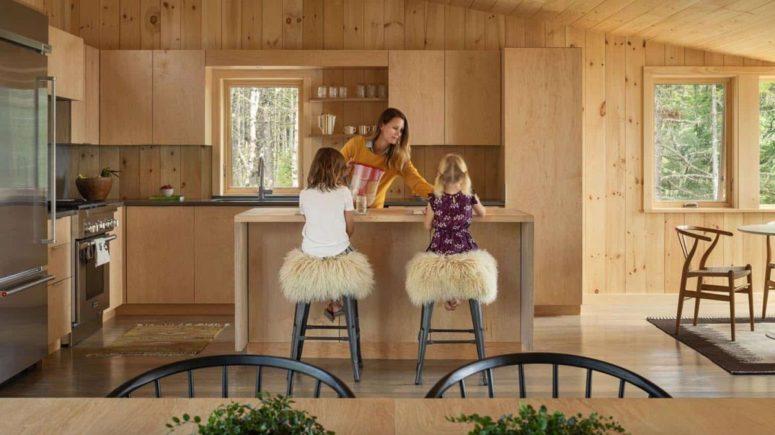 La cucina è in compensato di colore chiaro, con una finestra per riempirla di luce