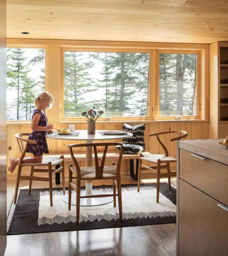 La zona pranzo è composta da un tavolo rotondo e una bella sedia, è posizionata vicino alla finestra per una vista meravigliosa