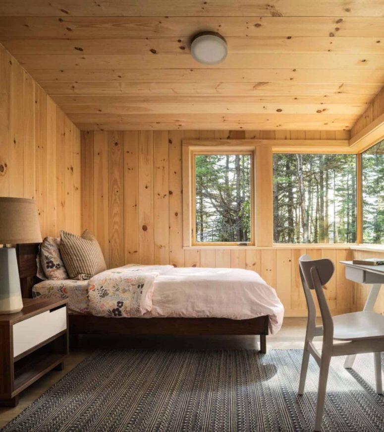La camera da letto principale è arredata con mobili moderni della metà del secolo e diverse finestre per godersi il panorama