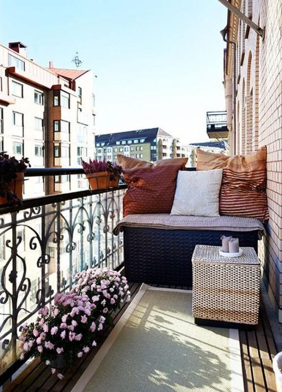 un luminoso balcone estivo con mobili in vimini, fiori in vaso e tessuti colorati sembra carino e molto invitante
