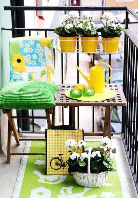 un balcone estivo luminoso e colorato con tessuti verdi audaci, fiori in vaso e stoviglie colorate per un'atmosfera vivace