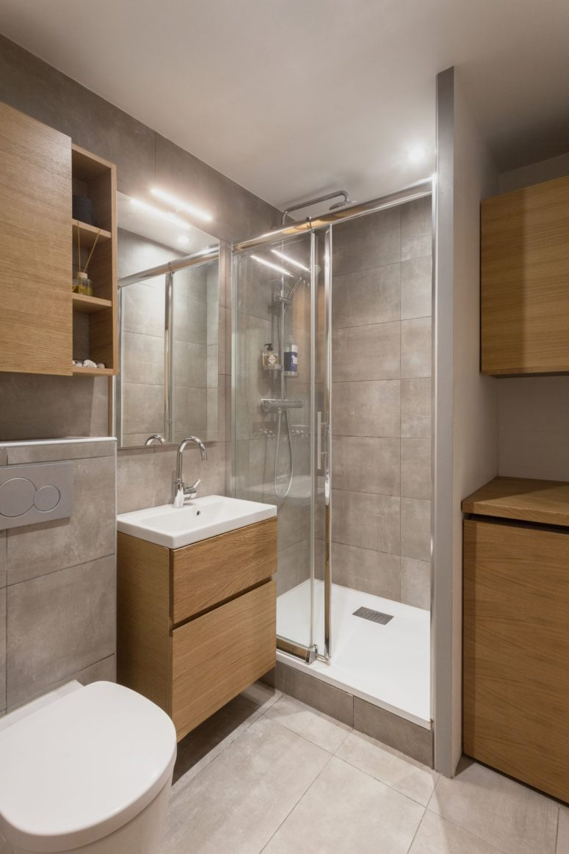 Il bagno è fatto con piastrelle grigie e lo stesso rovere che c'è all'esterno