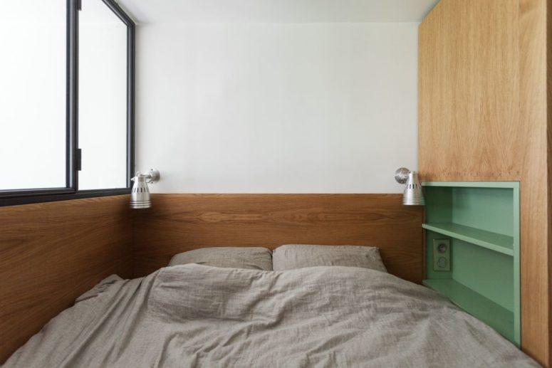 Applique e scaffali aperti rendono questo piccolo spazio più confortevole