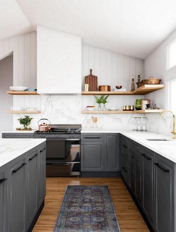 una splendida cucina a contrasto con armadi grigio grafite, ripiani bianchi e alzatina, cappa, ripiani in legno per un aspetto più morbido