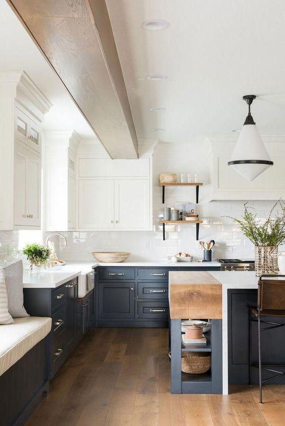 una cucina a contrasto con i pensili superiori bianchi e quelli inferiori grigio grafite, tocchi di legno di colore chiaro