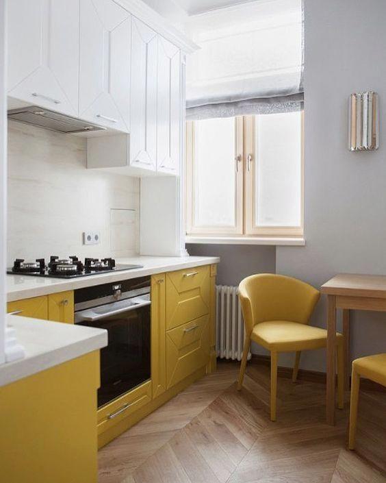 una cucina contemporanea fatta con armadi bianchi e gialli con una trama, con ripiani bianchi e sedie gialle