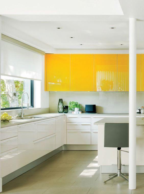 una cucina contemporanea con armadietti gialli brillanti, bianchi e alzatina bianca sembra ultra audace