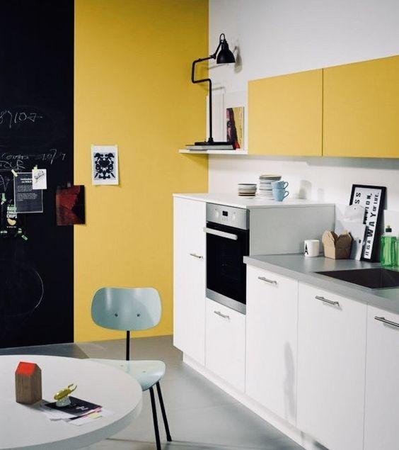 una cucina contemporanea fatta di senape e bianco, con tocchi di nero per un po 'di drammaticità