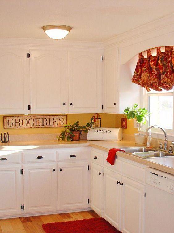 una cucina vintage in bianco, un backsplash cucina giallo e tocchi vintage oltre a tonalità luminose per un look più audace