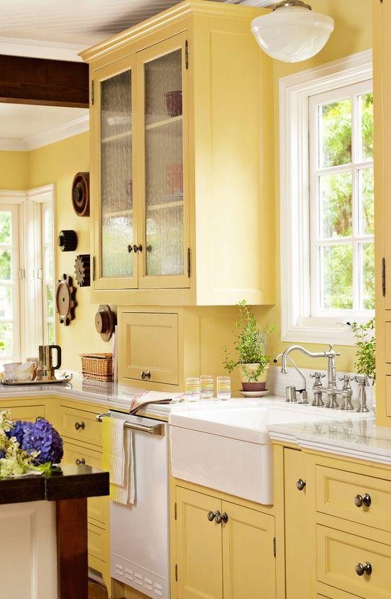 una cucina vintage gialla con accenti bianchi rinfrescanti e tocchi macchiati scuri è un'idea audace con un tocco chic