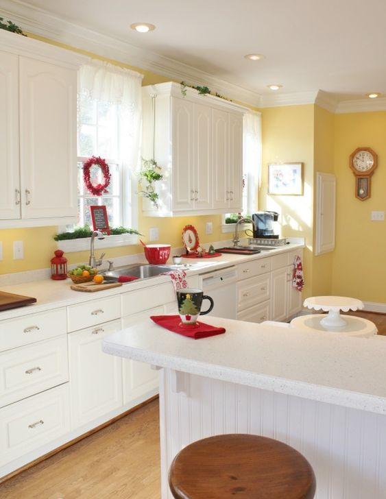 una cucina vintage bianca con un alzatina gialla solare e un muro accento, tocchi di verde rosso e fresco