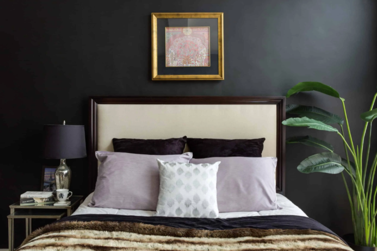 una cameretta con pareti color onice e una lampada abbinata per renderla audace e con un carattere