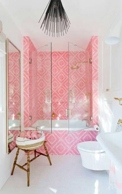un bagno luminoso ma piccolo con piastrelle stampate rosa e tutto bianco per creare un contrasto audace e accattivante