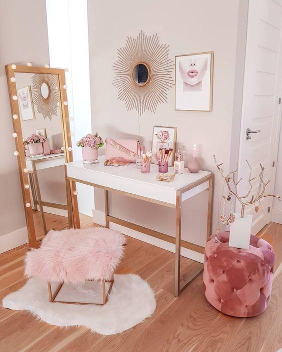un piccolo angolo per il trucco fatto nelle tonalità del rosa: ammorbidiscono l'angolo e rendono lo spazio da ragazza allo stesso tempo