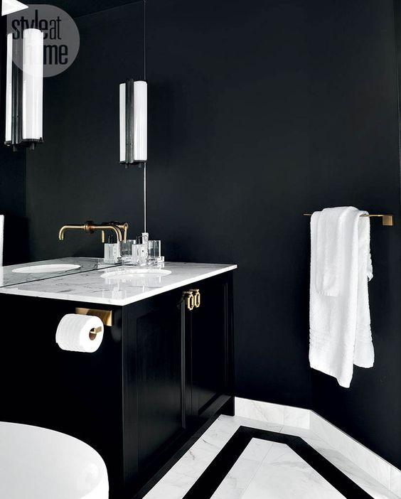 una minuscola stanza di polvere con pareti in onice, pietra bianca per un contrasto e una vanità nera fluttuante per un tocco brillante