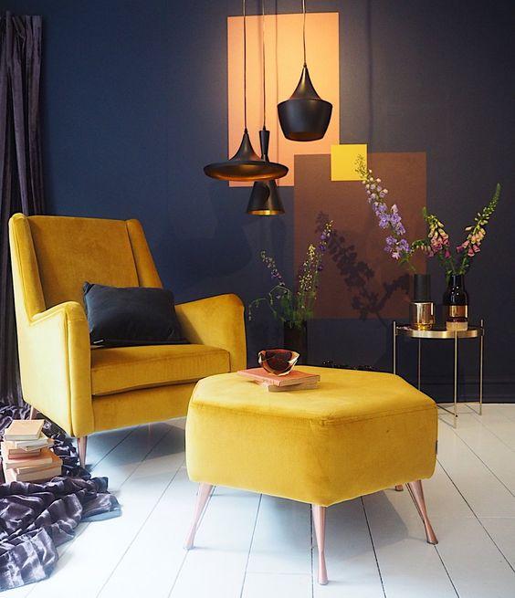 un piccolo spazio contrastante fatto in blu scuro e bianco e reso più audace con mobili gialli per un aspetto luminoso