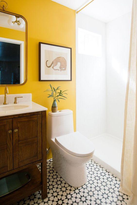 rendi il tuo bagno monocromatico unico e audace con un muro di calendula