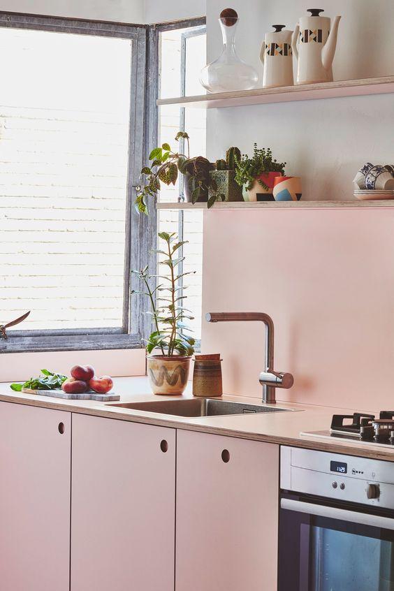 una morbida tonalità di rosa aggiunge calore e intimità a questa piccola cucina, i neutri rendono lo spazio più audace