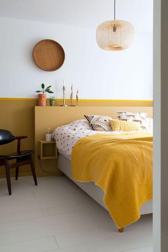 una camera da letto piccola ma contrastante, illuminata con calendula e senape e rinfrescata con colori neutri