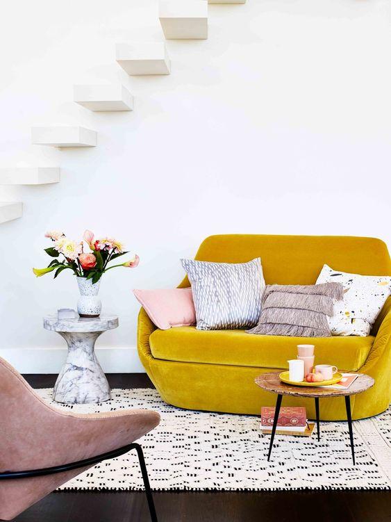 rifinisci il tuo piccolo soggiorno con un divanetto in velluto senape per aggiungere colore e consistenza allo spazio