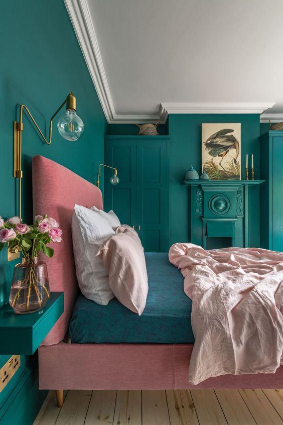 una camera da letto colorata con applique in ottone e alcuni altri tocchi in ottone che portano lusso e eleganza