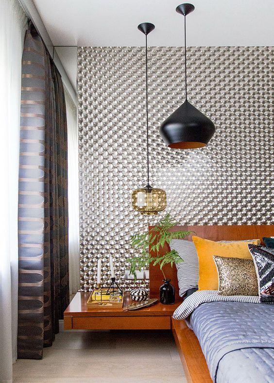 una camera da letto moderna della metà del secolo con un duo di lampade a sospensione importanti - in vetro nero e ambra