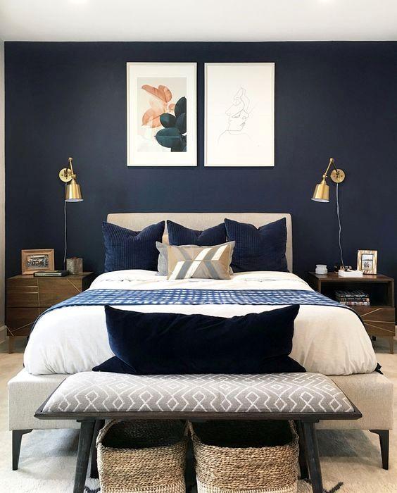 una camera da letto moderna della metà del secolo con applique dorate è uno spazio fresco con un tocco brillante