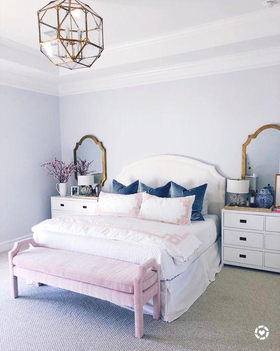 una camera da letto da ragazza con specchi con cornice in ottone e un lampadario geometrico abbinato per un tocco brillante