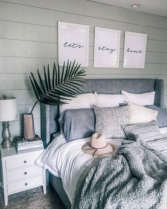 una camera da letto boho in colori neutri con un letto imbottito e alcuni copriletti coordinati ma di tessuto diverso