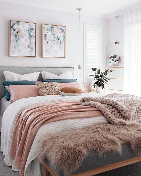 una camera da letto contemporanea ariosa con un letto a strati e una disposizione di cuscini colorati