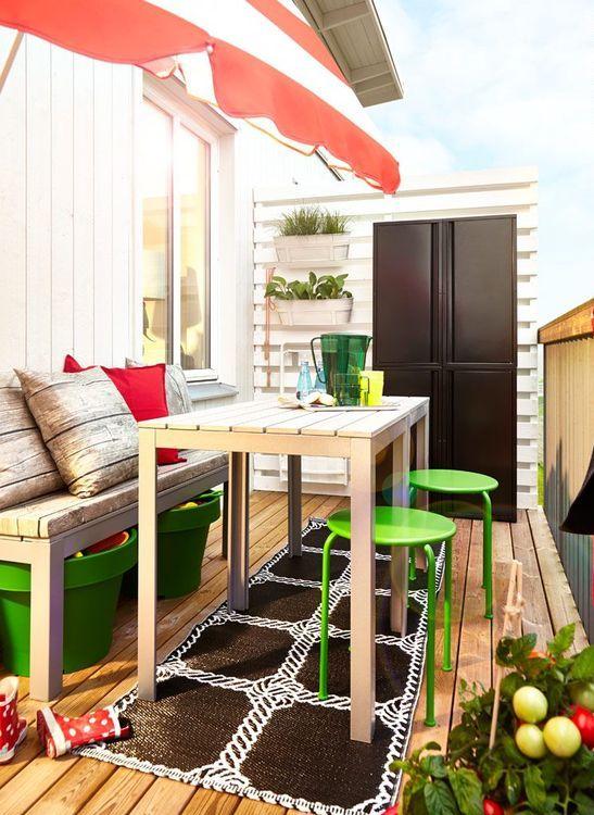 fioriere verde brillante per la conservazione, sgabelli abbinati, articoli da bar colorati e un ombrello per un'atmosfera primaverile o estiva