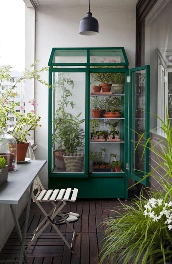 una serra con molte piante in vaso e più piante intorno per un look primaverile