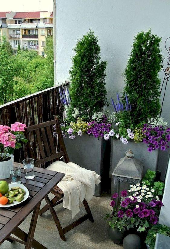 fiori luminosi in vaso e vegetazione e alcuni semplici mobili da giardino sono sorprendenti per un'atmosfera elastica