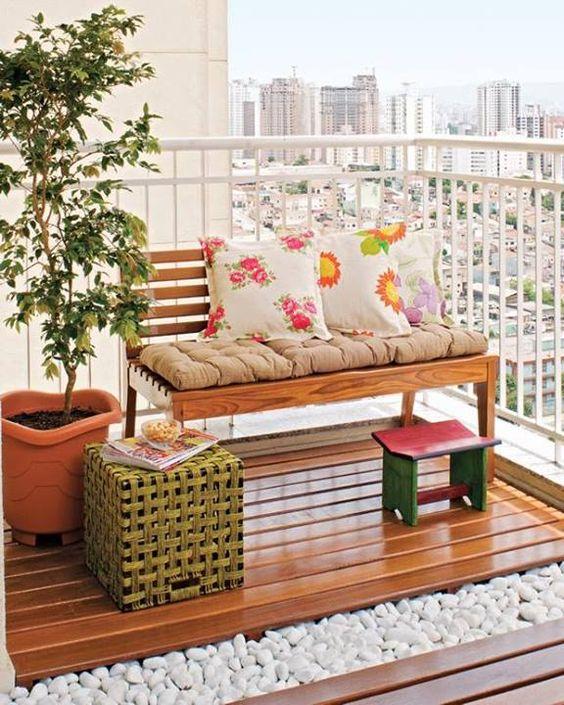 allegri cuscini stampati e un poggiapiedi rosa porteranno immediatamente una fresca sensazione di primavera sul balcone