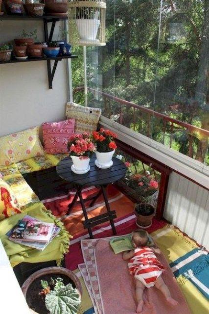 tessuti stampati colorati e fiori in vaso cambieranno immediatamente l'aspetto del balcone