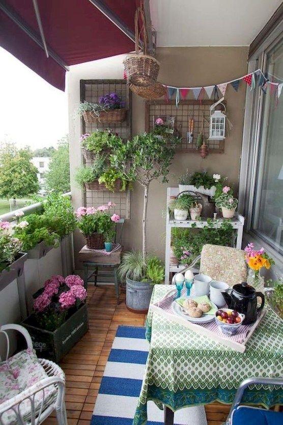 fiori luminosi in vaso, verde e cuscini colorati e cuscini più tessuti per un'atmosfera primaverile
