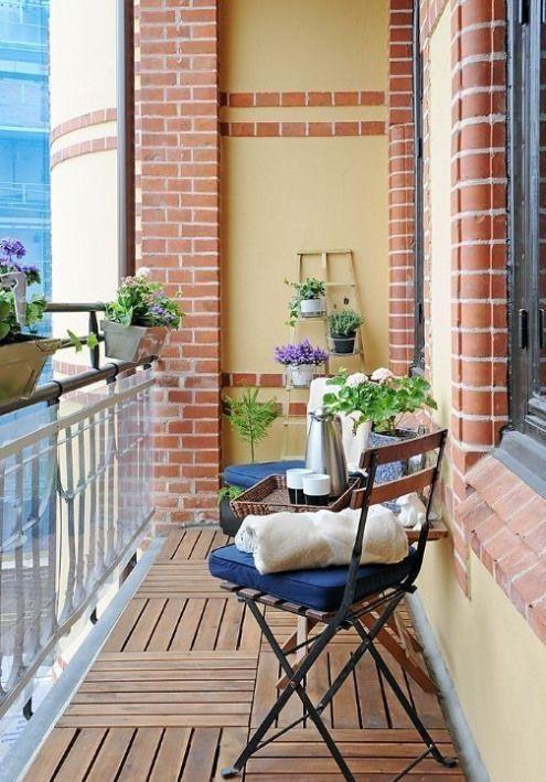 piante in vaso e fiori e alcune solite sedie da giardino con cuscini sono piacevoli per uno spazio all'aperto primaverile