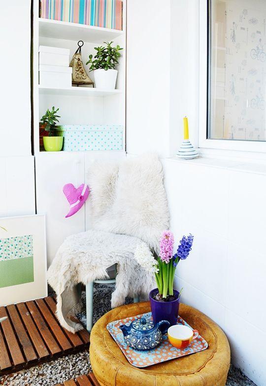 porta un tocco di primavera sul tuo balcone con brillanti lampadine primaverili e alcuni accessori e persino stoviglie
