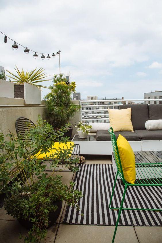piante e fiori in vaso e alcuni tocchi di giallo sole ravviveranno anche il balcone più laconico
