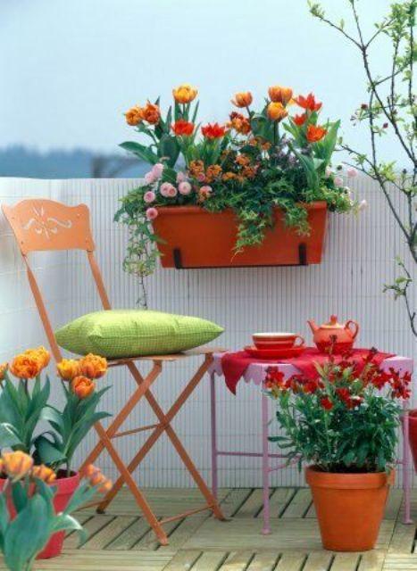 fiori luminosi in vaso e mobili colorati trasformeranno il tuo balcone in uno spazio davvero straordinario