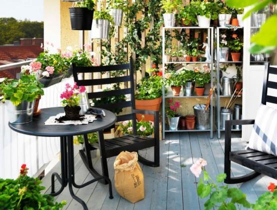 trasforma il tuo balcone in un'aranciera in fiore posizionando vasi e fioriere con vegetazione e fiori ovunque
